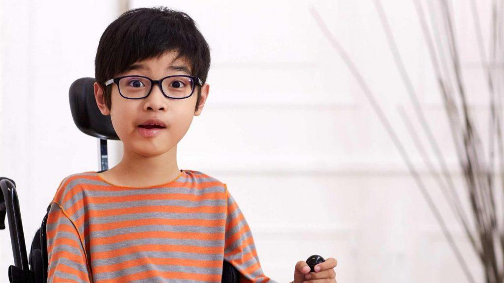 Kiabi lança linha de roupas para crianças com deficiência