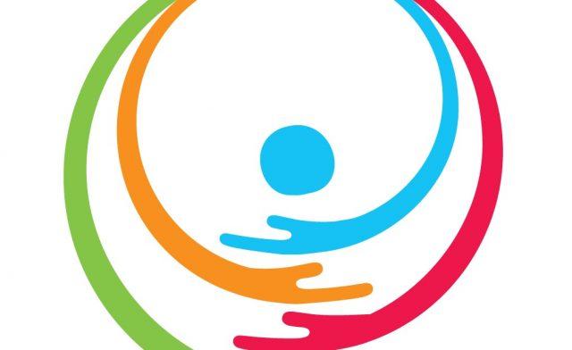 Logotipo colorido em fundo branco. Dois semicírculos um verde e um rosa, formam um círculo e dentro deste dois semicírculos, um laranja e um azul, envolvem uma esfera azul. A parte inferior do semicírculos termina em um formato de mãos.